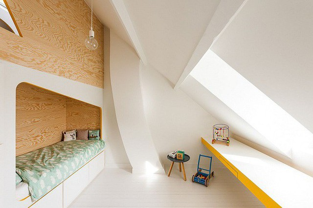 Phòng ngủ áp mái đẹp mắt với giường tầng.