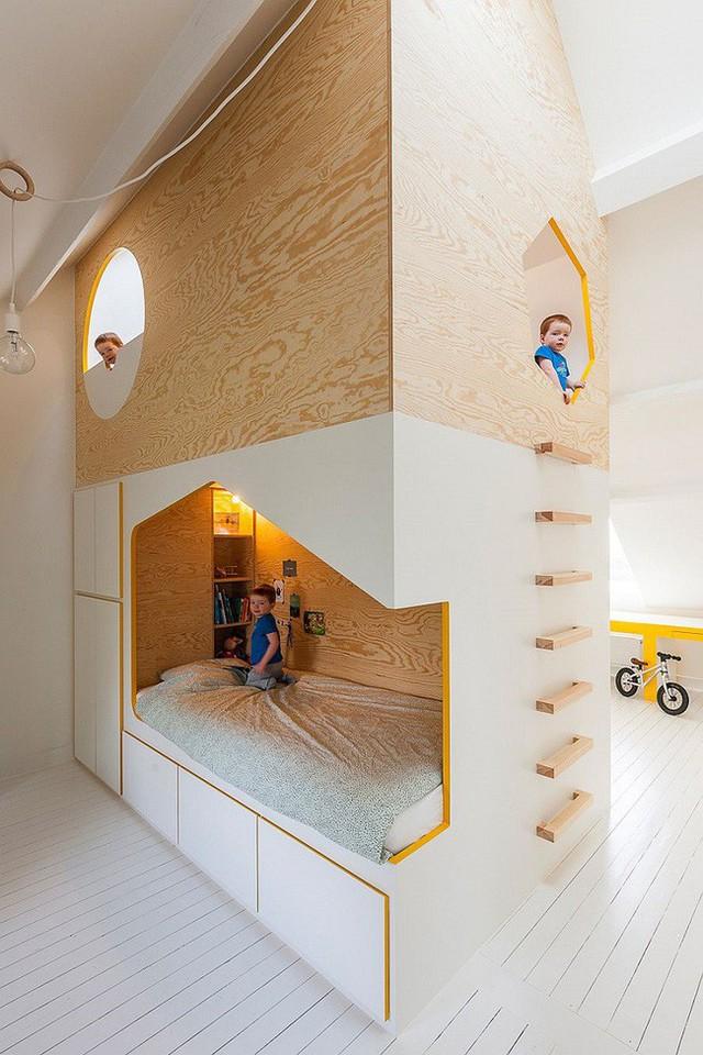 Thiết kế giường ngủ trẻ em riêng biệt với hai giường đơn và không gian trò chơi.