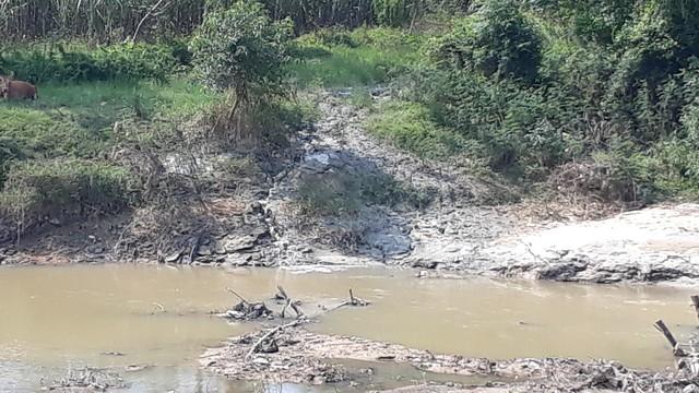 Sông Nhơm bị đầu độc bởi các cơ sở giặt bao bì. Ảnh: Minh Lương