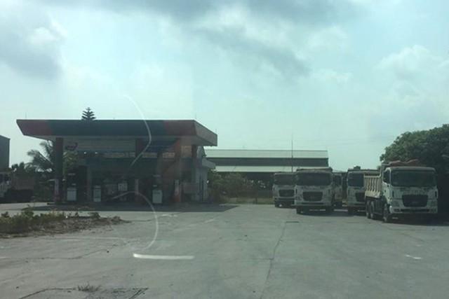 Đoàn xe tải chống đối được đưa vào cạnh cây xăng để tránh ùn tắc giao thông. Ảnh: Bạn đọc cung cấp