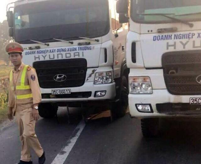 Sau khi giật giấy tờ, các tài xế đánh xe dàn ra đường chống đối lực lượng CSGT. Ảnh: Bạn đọc cung cấp