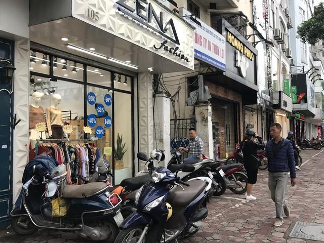 Giờ trưa, xe máy đã xếp kín trước cửa nhiều cửa hàng quần áo