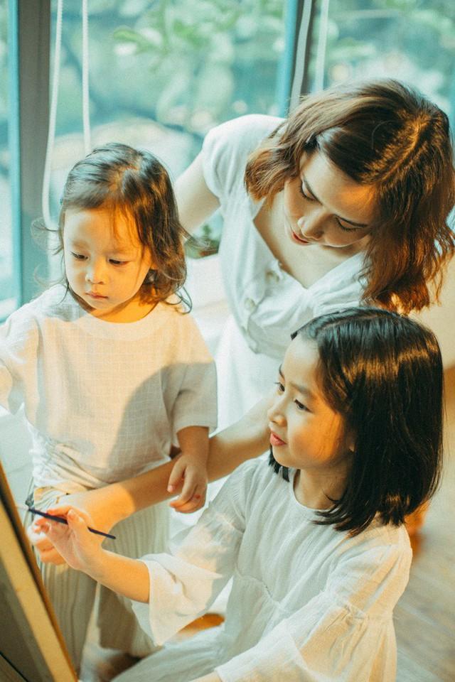 Gia đình Hồ Hoài Anh - Lưu Hương Giang rất hạnh phúc vì có 2 thiên thần nhỏ vừa ngoan ngoãn, đáng yêu và biết nghe lời bố mẹ.