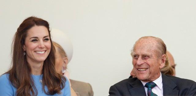 Về phía Hoàng tế Phillip có vẻ cũng rất hài lòng với cháu dâu vừa xinh đẹp vừa tài giỏi này.