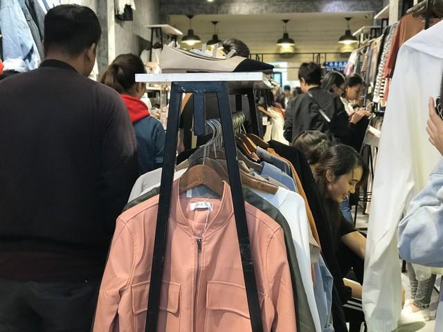 Khách hàng đứng chen chúc nhau trong cửa hàng