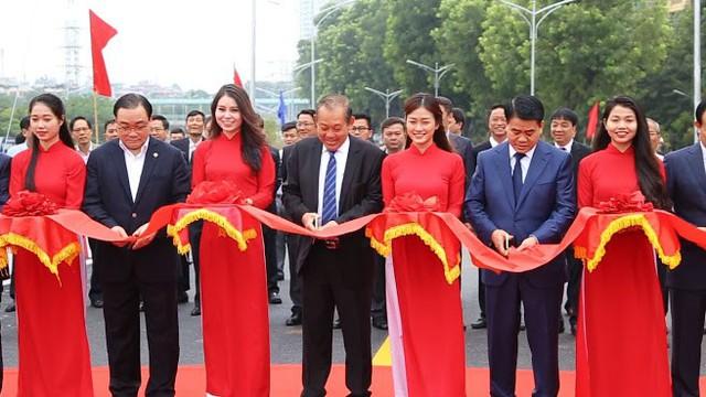 Ông Trương Hòa Bình (thứ tư từ trái sang) - Ủy viên Bộ Chính trị, Phó Thủ tướng Thường trực Chính phủ, Chủ tịch Ủy ban ATGT Quốc gia cắt băng khánh thành trong buổi lễ thông xe cầu vượt. Ảnh: NĐ