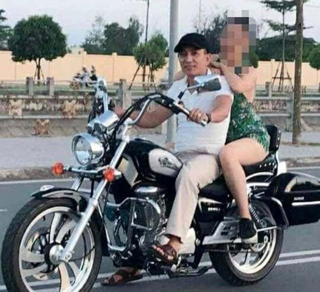 Em B. ngồi sau xe mô tô của bị can Hiển bị hiểu nhầm là nạn nhân của vụ dâm ô tập thể. Ảnh: TL