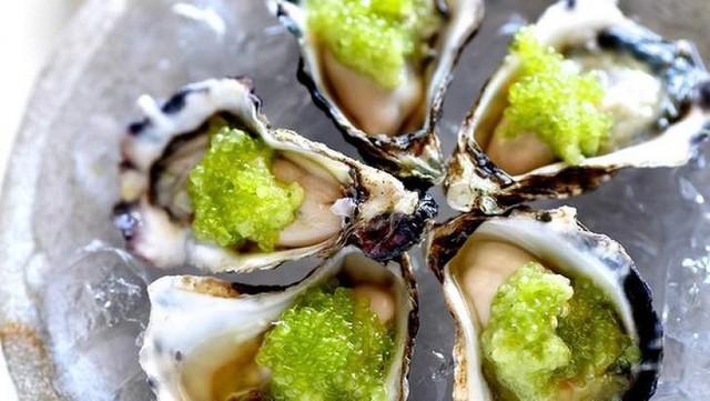 Chanh ngón tay có mùi thơm rất đặc biệt, vị chua ngọt không hề giống các loại chanh của Việt Nam. Theo nhiều ý kiến chuyên gia, từng tép chanh mọng nước có hương vị kết hợp giữa chanh vàng và chanh thường. Nó có thể dùng để ăn cùng các món hải sải như: sushi, hàu tươi sống giúp tăng độ hấp dẫn cho các món hải sản.