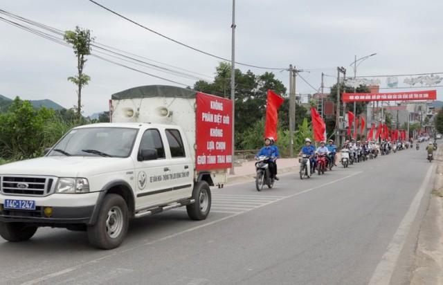 Các lực lượng huyện Ba Chẽ xuống đường diễu hành sau Lễ phát động. Ảnh: N.L