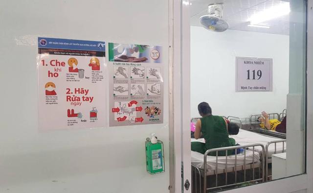 Các bệnh nhi bị tay chân miệng đang được điều trị tại Bệnh viện Nhi đồng 1 TP.HCM