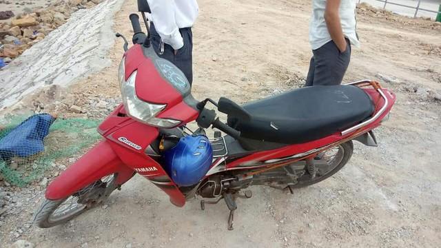 Chiếc xe máy của nạn nhân được phát hiện để trên bờ. Ảnh: H.Việt