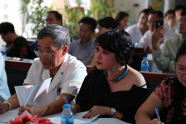 Bác sĩ Hoàng Đình Chân- Giám đốc BV Ung bướu Hưng Việt và nghệ sĩ Trà My chăm chú theo dõi các phần thi để lựa chọn thí sinh xuất sắc nhất