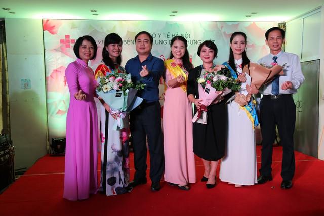 Nghệ sĩ Trà My cùng lãnh đạo bệnh viện chúc mừng 3 thí sinh chiến thắng