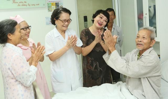 Hình ảnh quen thuộc của nghệ sĩ Trà My vào mỗi thứ 5 hàng tuần, cùng với Điều dưỡng trưởng Nguyễn Thị Bích Ngọc (kế bên) đến từng phòng bệnh để giao lưu, tặng quà...