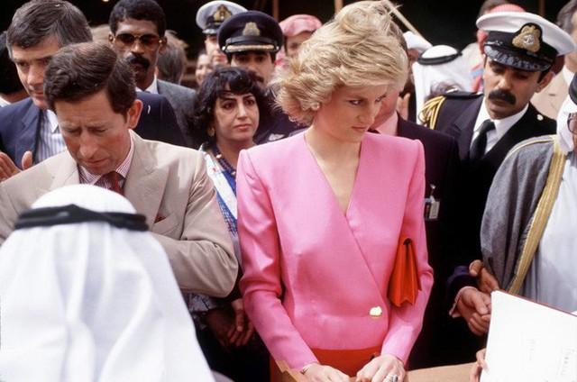 Nhiều bức ảnh chụp Công nương Diana cho thấy bà thường hay cúi đầu.