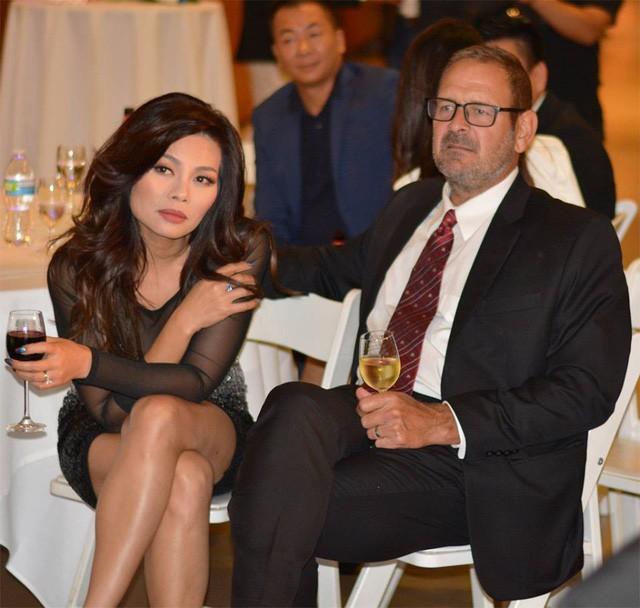 Lần hiếm hoi, Ngọc Anh được ông xã điển trai người ngoại quốc tháp tùng đến bữa tiệc của người bạn thân, ca sĩ Nguyễn Hồng Nhung.