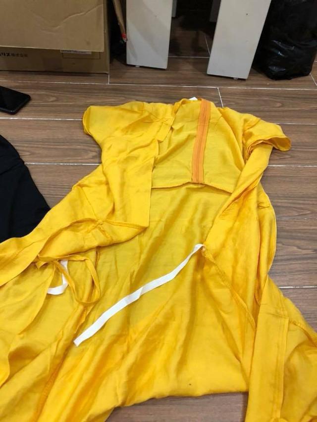 Đặt mua bộ đồ ngủ màu xanh đậm, chị Như nhận được chiếc áo cà sa màu vàng chóe.