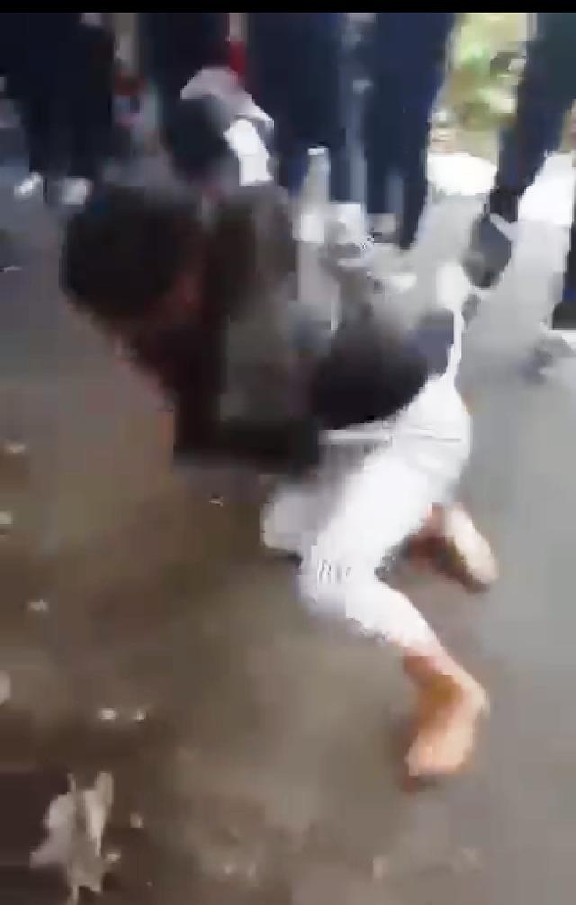 Cảnh hai nữ sinh đánh nhau trong sự cổ vũ của nhiều học sinh khác (ảnh cắt từ clip)