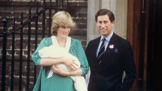 Công nương Diana phá vỡ truyền thống, sinh con tại bệnh viện.