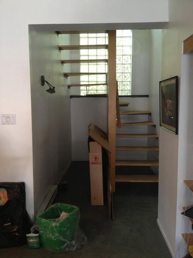 Cầu thang cũ khá thoáng nhưng đã lỗi thời...
