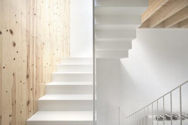 Cầu thang mới ngập tràn ánh sáng.