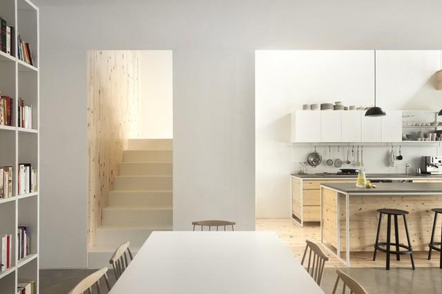 Không gian tầng 2 cũng được làm mới hoàn toàn. Ngoài nền sàn, sơn tường, các KTS đã tạo ra sự thông thoáng cho nơi này bằng bức tường kính siêu rộng để lấy sáng. Song song với đó, các hệ kệ đồ cồng kềnh nay được tích hợp với hệ dock gỗ sát cửa sổ. Trong không gian mới cải tạo, chất liệu gỗ thông kết hợp với tone ghi chủ đạo thực sự mang đến sự nhẹ nhàng, rất hợp phong cách hiện đại của người trẻ hướng đến.