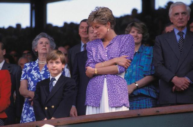 Công nương Diana sở hữu chiều cao vượt trội nên đôi khi bà gặp khó khăn trong lúc giao tiếp với mọi người.