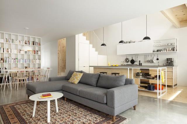 Không gian phòng khách - bếp sau cải tạo trẻ trung với tone màu trắng chủ đạo.