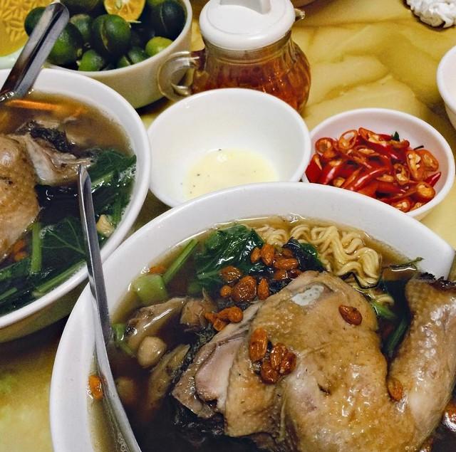 Mì gà tần thuốc bắc: Mì gà tần luôn nằm trong danh sách những món ăn hấp dẫn ngày trời lạnh. Những tô mì nóng hổi thơm mùi thuốc bắc quyện vị ngải cứu, cùng miếng đùi gà mềm, ngọt thịt, hấp dẫn mọi thực khách. Mì gà tần ăn buổi chiều muộn tan ca hay ăn tối cho bữa chính, ăn đêm đều phù hợp. Mức giá: 30.000-40.000 đồng/bát. Địa chỉ: Khâm Thiên, Hàng Bồ, Hàng Gai, An Dương... Ảnh: Tujoker27, Phuonganh.uni.