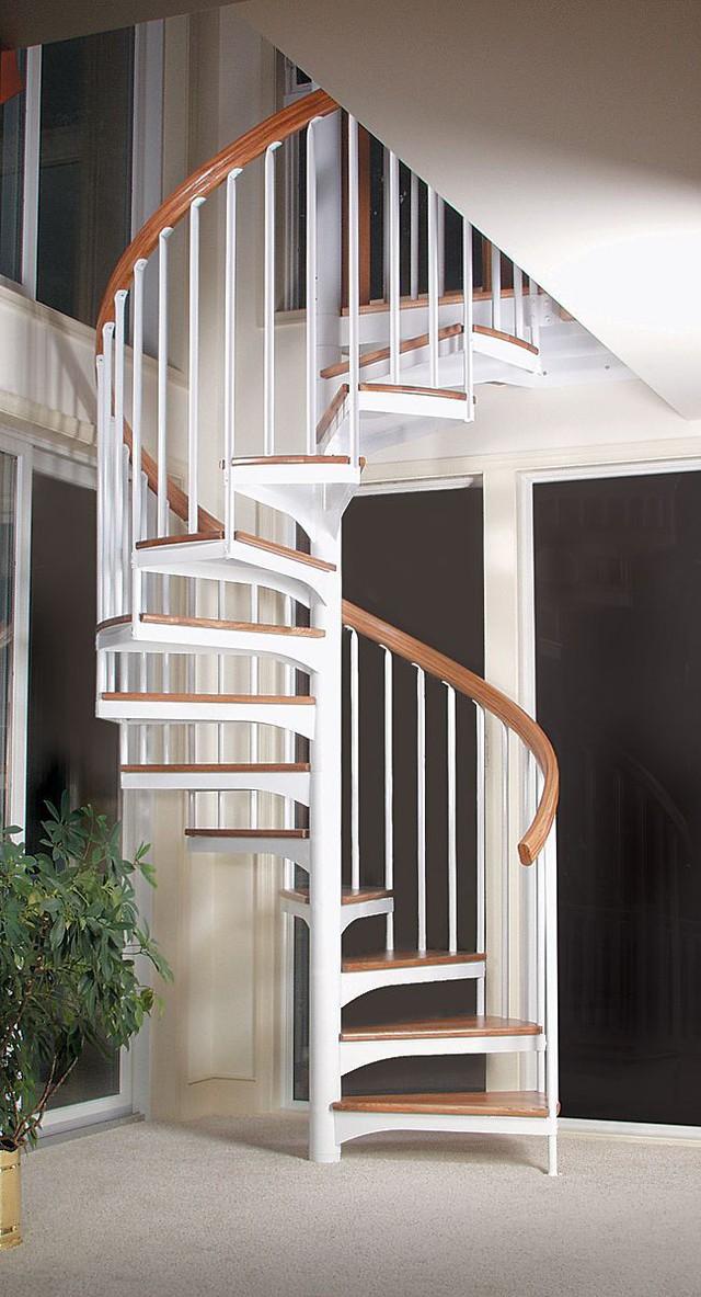 Cầu thang xoắn hiện đại giúp tiết kiệm diện tích nhưng không kém phần sang trọng.