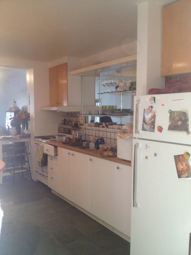 Khu bếp trước khi cải tạo chật chội và xuống cấp.