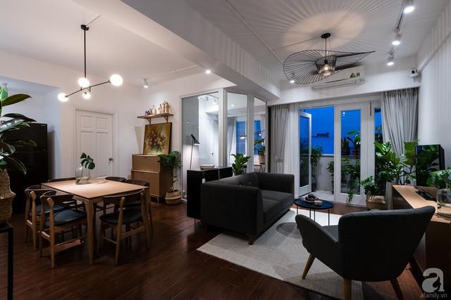 Bộ bàn ghế sofa màu đen cá tính, đủ để giúp không gian đẹp hiện đại, sắc nét và không kém phần nổi bật.