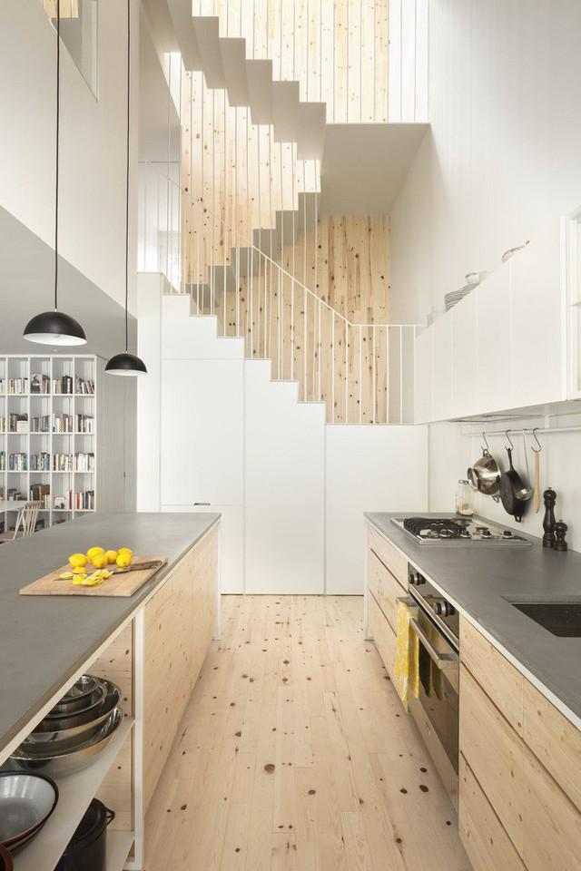 Bếp sau cải tạo trở thành một phần của phòng khách.