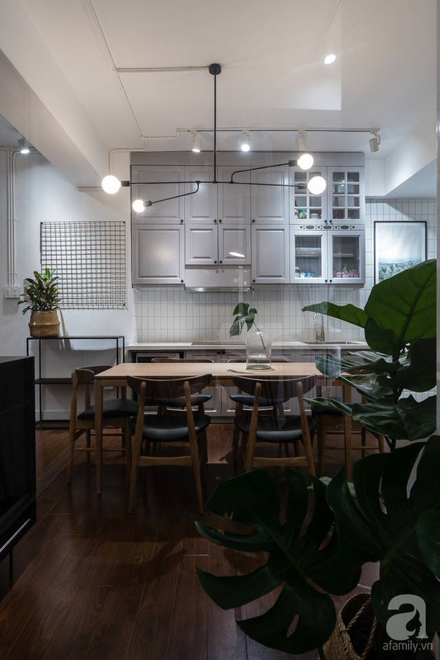Bộ bàn ăn xinh xắn được đặt phía sau sofa như sự kết nối liền mạch của các khu vực chức năng. Phía trên bàn ăn có đèn chiếu sáng. Không gian thêm ấn tượng nhờ đèn chiếu sáng màu trắng, giải pháp tăng diện tích hiệu quả cho căn phòng.