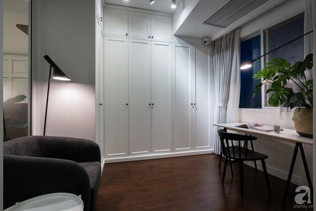 Phòng đọc sách được thiết kế đơn giản với hệ thống tủ âm tường. Thêm vào đó là bàn làm việc được đặt ngay cạnh cửa sổ. Một chiếc ghế nệm được đặt phía sau với decor thêm đèn chiếu sáng tạo nên góc đọc sách đẹp mộng mơ.