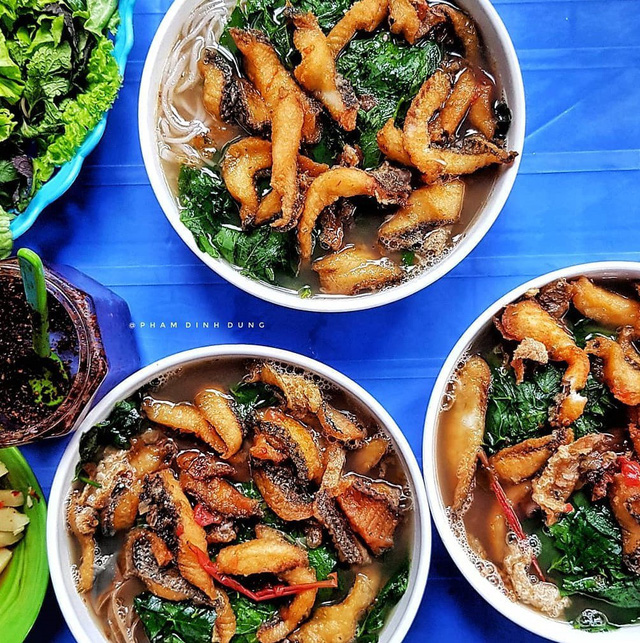 Bún cá: Bún cá là món ăn không thể bỏ qua vào những ngày thời tiết chuyển lạnh. Phần cá rô phi được chiên giòn béo ngậy, nước dùng đậm đà ăn kèm với rau cần, rau cải, rau ngót, hay dọc mùng đều hợp vị. Ngoài món bún cá thông thường, bạn có thể thưởng thức bún cá chan với phần thịt cá được để riêng, chấm với sốt chua cay ngọt độc đáo. Mức giá: 25.000-30.000 đồng/bát. Địa chỉ: Nguyễn Thái Học, Hàng Đậu, Hồ Đắc Di... Ảnh: 2uang, Phamdinhdung.