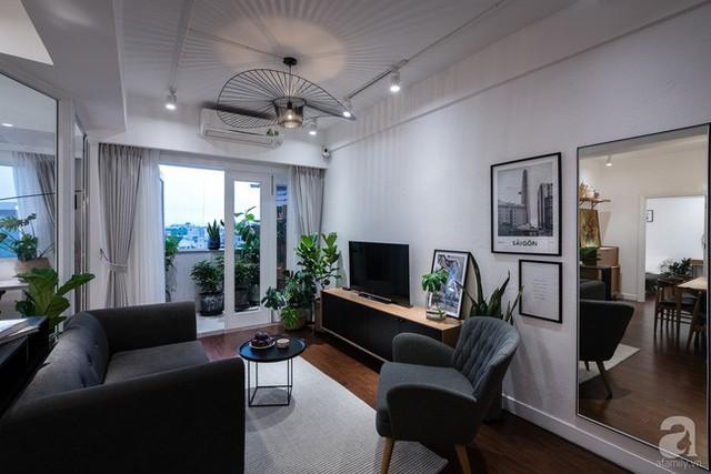 Khoảng ban công nho nhỏ với đủ các loại cây xanh mát. Mọi người ngồi trong nhà có thể hướng mắt ra ban công, nơi có không khí trong lành, có ánh sáng ngập tràn và thiên nhiên xanh mát, yên bình.