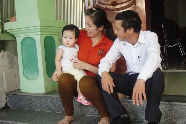 Gia đình anh Triều, chị Diễn vui đùa cùng người cháu ngoại.