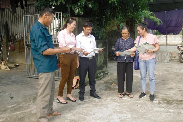 Chị Võ Thị Ngà, viên chức dân số Hưng Tây, huyện Hưng Nguyên (Nghệ An) đến từng hộ dân để tuyên truyền về chính sách dân số.