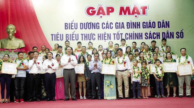 30 gia đình giáo dân thực hiện tốt chính sách dân số được UBND tỉnh tặng Bằng khen.