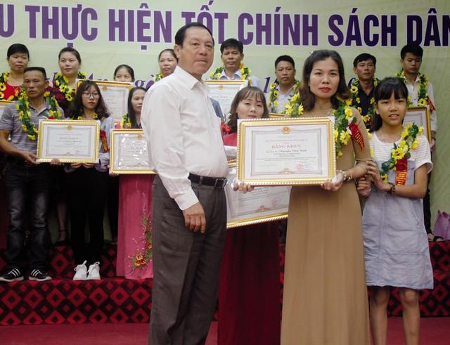 Ông Lê Minh Thông, Phó Chủ tịch UBND tỉnh Nghệ An tặng Bằng khen cho gia đình giáo dân thực hiện tốt chính sách dân số. ẢNH: V. ĐỒNG