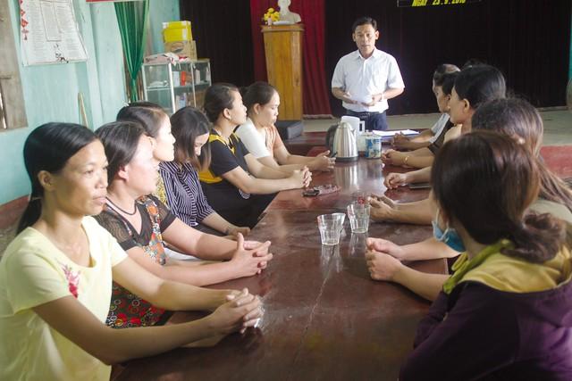 Anh Lê Vụ cùng các cộng tác viên trao đổi về kinh nghiệm trong công tác tuyên truyền chính sách dân số đến từng gia đình giáo dân.