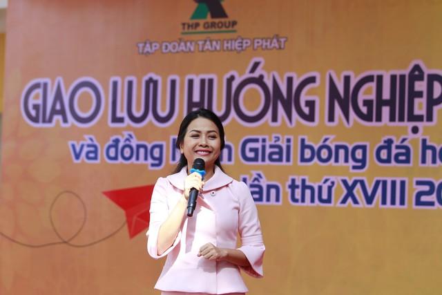 Nhiều câu hỏi thú vị, thiết thực được các em học sinh gửi tới diễn giả Trần Uyên Phương -Phó Tổng Giám đốc Tập đoàn Tân Hiệp Phát.