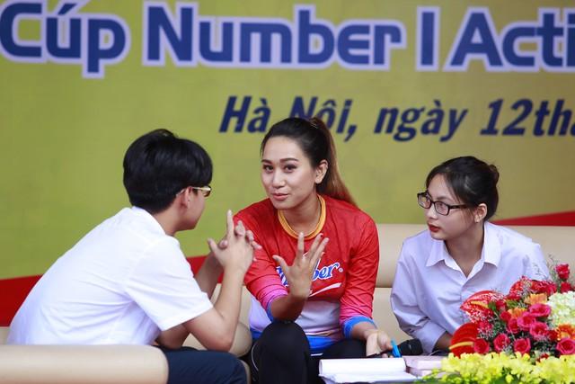 """""""Bông hồng sa mạc"""" Thanh Vũ - Đại sứ thương hiệu của Number 1, cô gái châu Á đầu tiên vượt qua 4 sa mạc khắc nghiệt nhất thế giới chia sẻ với các bạn học sinh về những giây phút khó khăn, cảm giác kiệt sức và muốn bỏ buộc khi tham gia cuộc thi chạy bền."""
