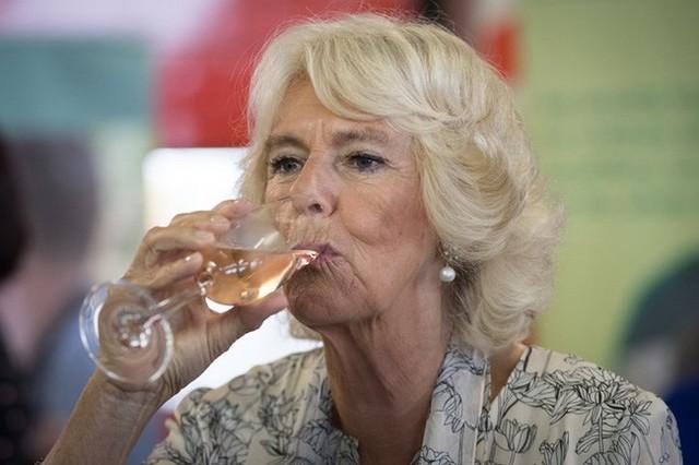 Bà Camilla được cho là tham gia bữa tiệc cùng bạn bè trong ngày cưới của cháu gái.