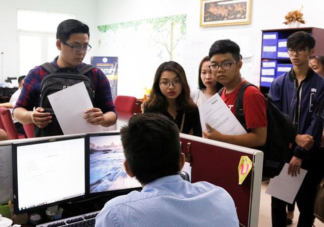 Tân sinh viên ĐH Kinh tế - Luật làm thủ tục nhập học. Ảnh: Phương Linh.