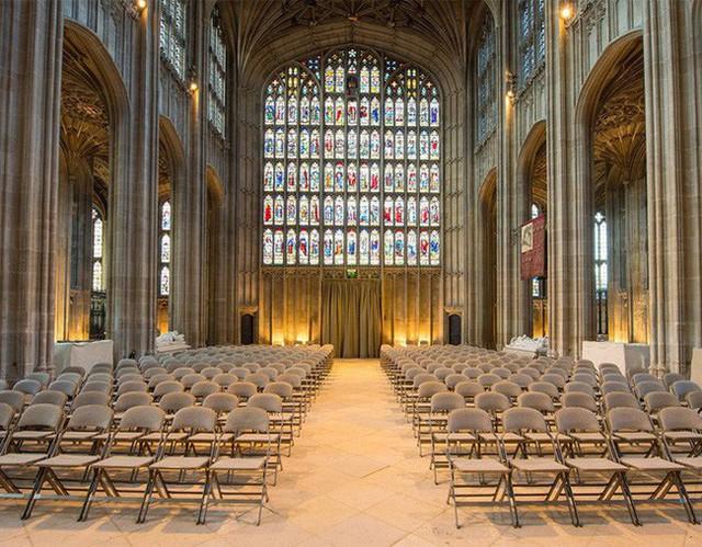 Bên trong nhà nguyện nơi sẽ diễn ra hôn lễ của Công chúa Eugenie.