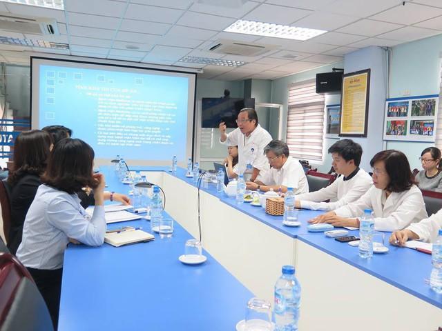 GS Phạm Vinh Quang trao đổi chuyên môn trong chương trình MEDLATEC làm việc cùng đối tác Nhật Bản.
