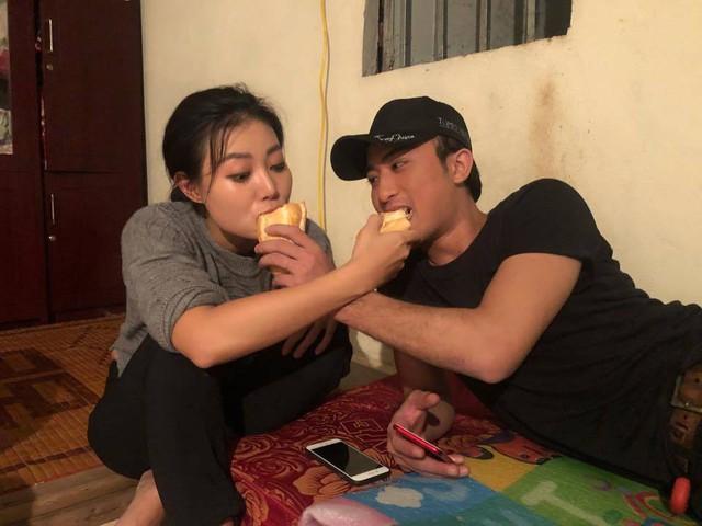Thanh Hương và Doãn Quốc Đam hài hước chụp ảnh cùng chiếc bánh mì chia đôi.