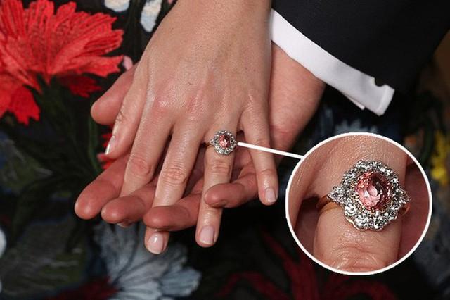 Cận cảnh chiếc nhẫn đính hôn đắt đỏ, quý hiếm.